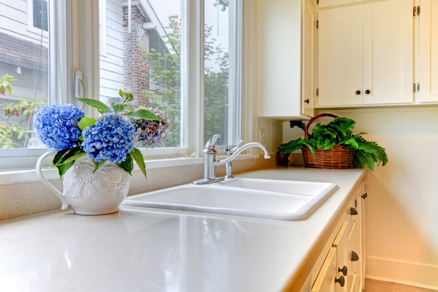 a clean kitchen. 3 steps to take before you declutter your home