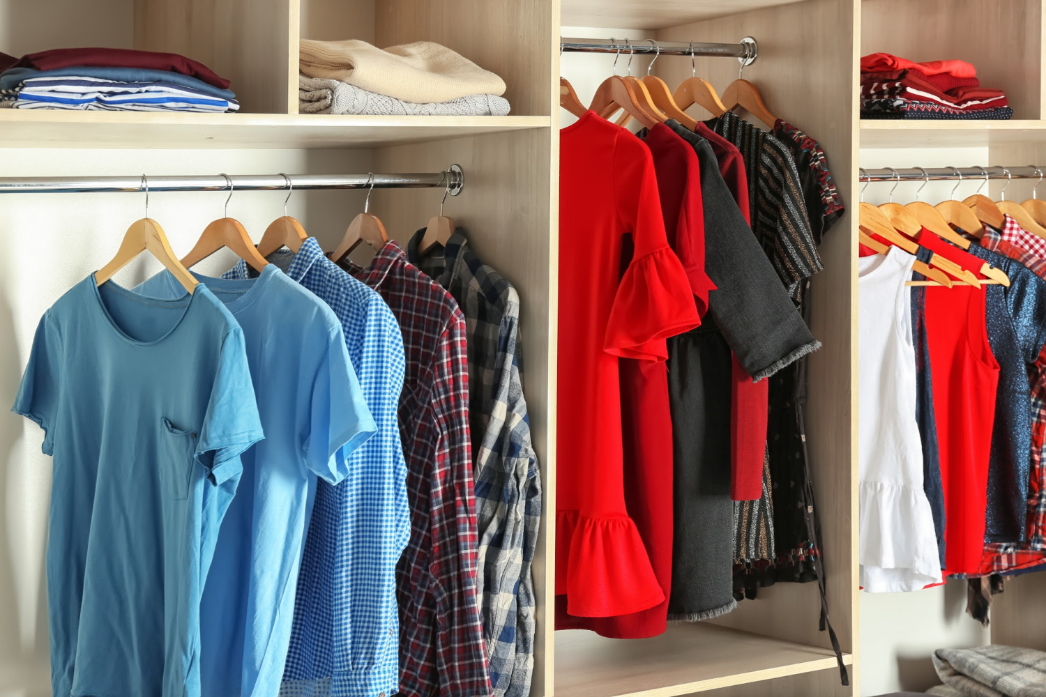 the best way to organize a closet by color