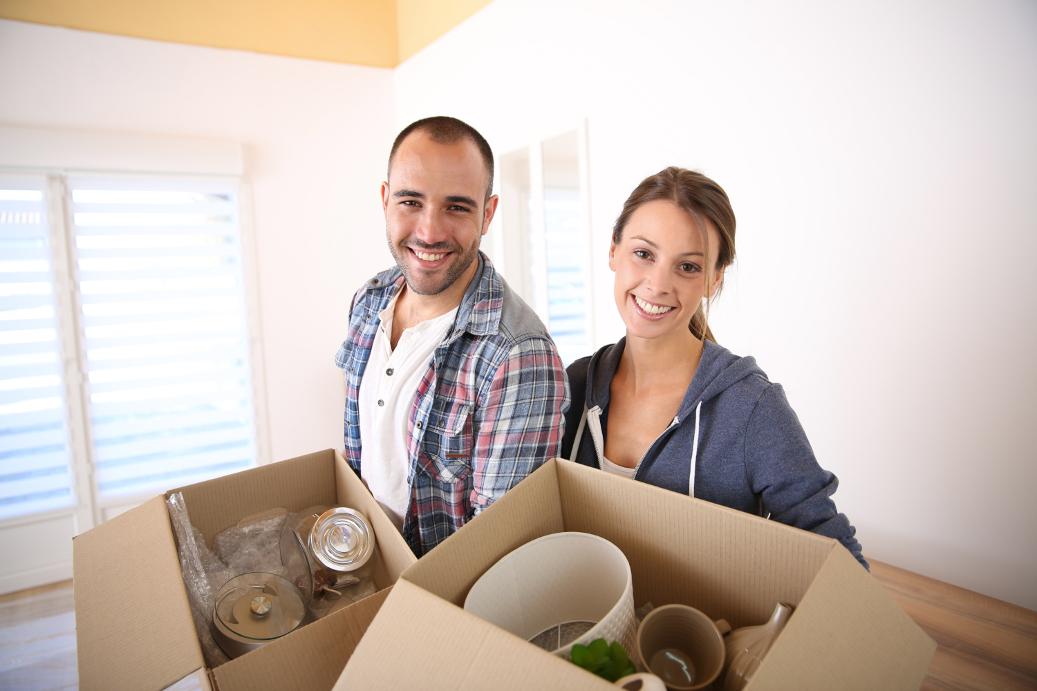 couple packing up boxes. Where to start declutter your home without overwhelm