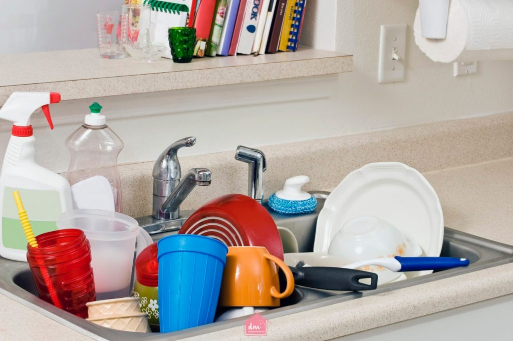 sink full of dirty dishes how to keep a clutter-free home