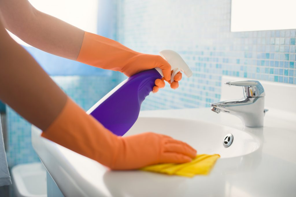 cleaning a bathroom in an hour a day cleaning
